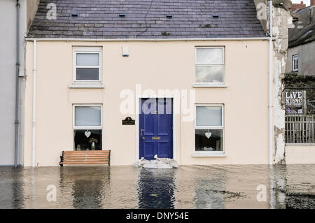 Portaferry, Northern Ireland. 6 Jan 2014 - A house narrowly avoids floodwater in Portaferry, Northern Ireland. The - Stock Photo