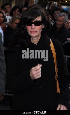 Apr 05, 2006; New York, NY, USA; JULIA ROBERTS leave the Theater after a performance of 'Three Days Of Rain' . Mandatory - Stock Photo
