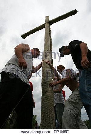 May 06, 2006; Red Bay, AL, USA; New members of National Knights of the Ku Klux Klan learn the proper way to raise - Stock Photo