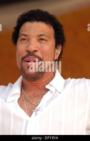 May 07, 2006; New Orleans, LA, USA; LIONEL RICHIE plays at the first post-Katrina New Orleans Jazz and Heritage - Stock Photo