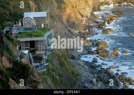 May 24, 2006; Sacramento, CA, USA; The baths at Esalen Institute in Big Sur are built right into the ocean cliffs - Stock Photo
