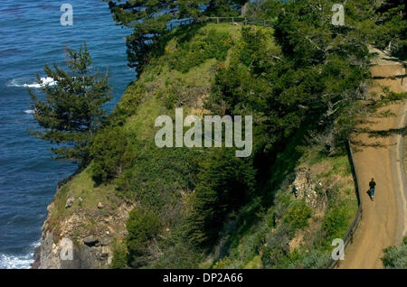 May 24, 2006; Sacramento, CA, USA; The visitor walks along the path headed back from the baths at Esalen Institute - Stock Photo