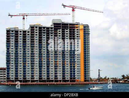 May 26, 2006; Riviera Beach, FL, USA; The Marina Grande towers is currently under construction at the base of the - Stock Photo