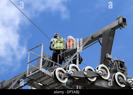 La Paz, Bolivia. 7th January 2014. Technicians installs a light synthetic cable (that has been carried by helicopter) - Stock Photo