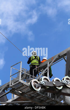 La Paz, Bolivia. 7th January 2014. Technicians install a light synthetic cable (that has been carried by helicopter) - Stock Photo