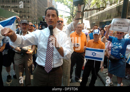 Jul 16, 2006; Manhattan, NY, USA; Congressman ANTHONY WEINER speaks as dozens of people rally outside the Syrian - Stock Photo