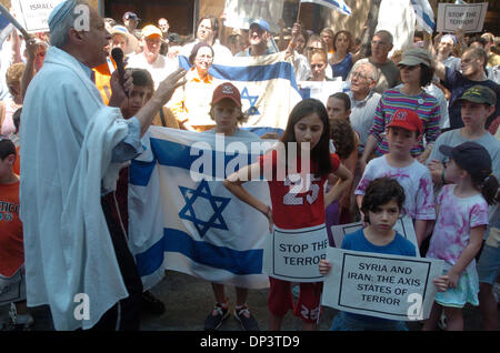 Jul 16, 2006; Manhattan, NY, USA; Rabbi AVI WEISS (L) speaks as dozens of people rally outside the Syrian Mission - Stock Photo