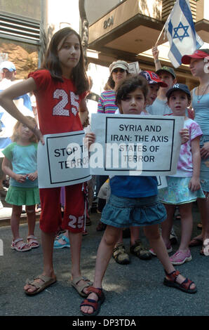 Jul 16, 2006; Manhattan, NY, USA; Sisters from the Bronx MICHAL SCHORSCH (L) 11 and NAVA (R), 6 hold signs as dozens - Stock Photo