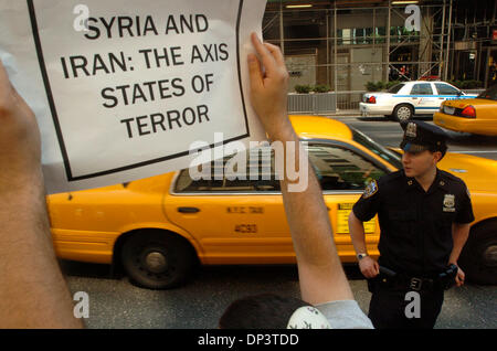 Jul 16, 2006; Manhattan, NY, USA; STEVEN BERNSTEIN, of the Bronx, holds a sign up at oncoming traffic along Second - Stock Photo