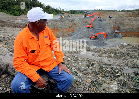 Worker sitting at the commercial opencast gold mine Martinez, Chocó Privince, Columbia - Stock Photo