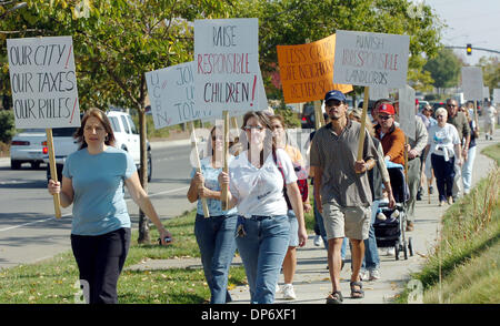 Oct 27, 2006; Antioch, CALIFORNIA, USA; Members of United Citizens for Better Neighborhoods march from Prewett Family - Stock Photo