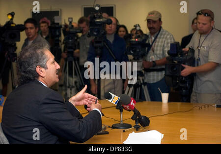 Nov 03, 2006; Carlsbad, California, USA; Attorney HAL ROSNER of Rosner & Mansfield, LLP, speaks during a press conference - Stock Photo