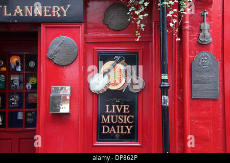 The famous Temple Bar Pub in Dublin - Stock Photo