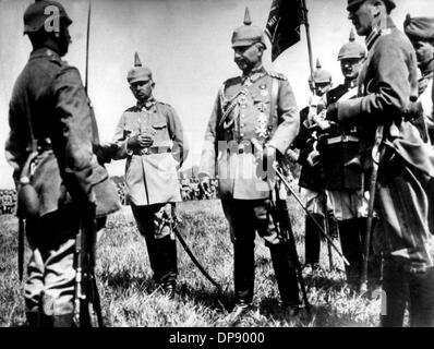 Emperor Wilhelm II. (m) honours soldiers of General Otto von Below's army (2nd of left) with the Iron Cross at the - Stock Photo