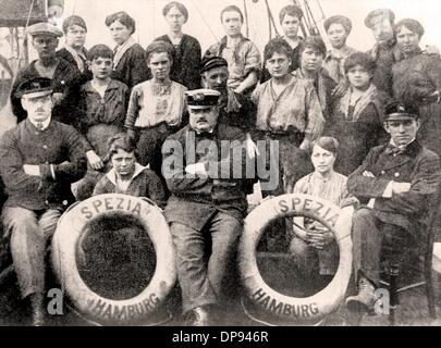 Female stokers and coal trimmers are part of the staff of the steamboat 'Spezia' of the Hamburg-America line around - Stock Photo