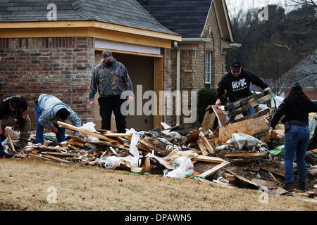 Memphis, Tennessee, USA. 10th Jan, 2014. January 10, 2014 - Searchers go through a large pile of construction trash - Stock Photo