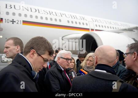 Außenminister Frank-Walter Steinmeier (SPD) (M) gibt vor Journalisten am 12.01.2014 in Paris am Flughafen Charles - Stock Photo