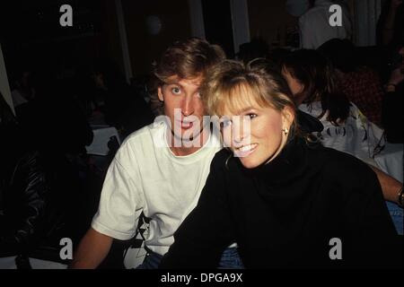 Feb. 14, 2006 - New York, New York, U.S. - WAYNE GRETZKY WITH JANET JONES 05-1989.#15477.CREDIT BY (Credit Image: - Stock Photo