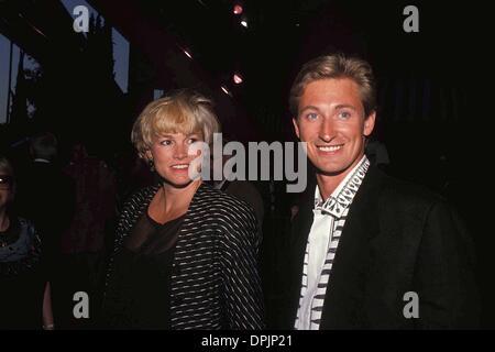 Feb. 14, 2006 - WAYNE GRETZKY WITH JANET JONES 1990.L0145.CREDIT BY SYLVIA SUTTON-(Credit Image: © Globe Photos/ZUMAPRESS.com) - Stock Photo