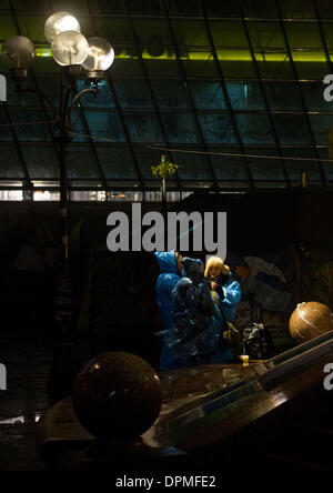 Kiev, Ukraine. 13th Jan, 2014. Protesters from Euromaidan face the first snowfall in Kiev. Protesters continue to - Stock Photo