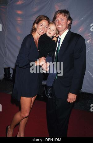 Feb. 14, 2006 - WAYNE GRETZKY WITH JANET JONES AND THEIR SON TY 1994.L8183LR.CREDIT BY LISA ROSE-(Credit Image: - Stock Photo