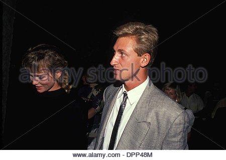 Feb. 14, 2006 - WAYNE GRETZKY WITH JANET JONES 1988.F6918.CREDIT: RALPH DOMINGUEZ-(Credit Image: © Globe Photos/ZUMAPRESS.com) - Stock Photo