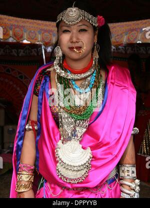 Kathmandu, Nepal. 15th January 2014. (140115) -- Kathmandu, Jan. 15, 2014 (Xinhua) --A Nepalese Tharu woman in traditional - Stock Photo