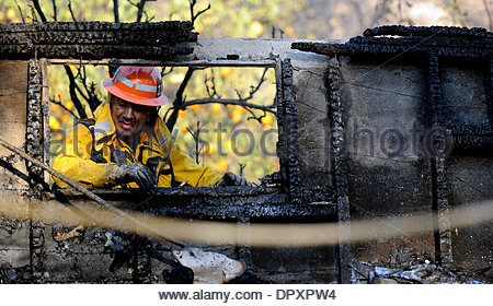 Glendora, California, USA. 16th Jan, 2014. A Los Angeles County fire capt. out of San Dimas looks through a burned - Stock Photo