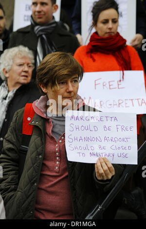 Dublin, Ireland. 17th January 2014. Activists protest on the steps of the Department of Justice, holding a sign, - Stock Photo