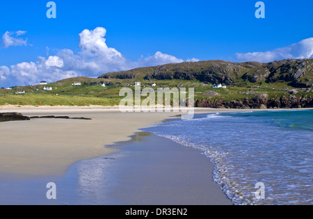 Oldshoremore beach near Kinlochbervie, Sutherland, white painted cottages in crofting hamlet on headland behind, - Stock Photo