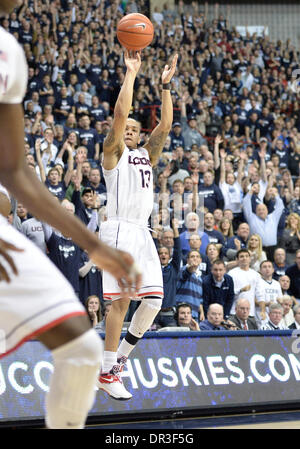 Storrs, CT, USA. 18th Jan, 2014. Saturday January 18, 2014: Connecticut Huskies guard Shabazz Napier (13) shoots - Stock Photo