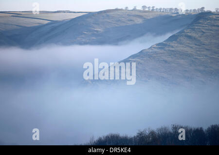 Ashbourne, Peak Districk, UK . 20th Jan, 2014. Freezing mist clings to the steep slopes surrounding Dovedale near - Stock Photo