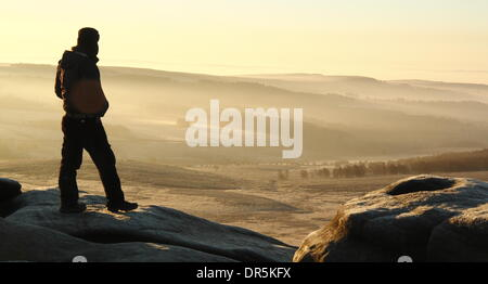 Hathersage Moor, Derbyshire, UK.  20th Jan. 2014.  A hill walker surveys the misty scene from Higger Tor across - Stock Photo