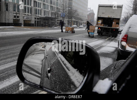 Washington DC, USA. 21st Jan, 2014. Workers unload packages in snow in Washington DC, capital of the United States, - Stock Photo