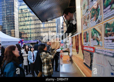 (140123) -- VANCOUVER (CANADA), Jan. 23, 2014 (Xinhua) -- People line up for food from the food truck during the - Stock Photo