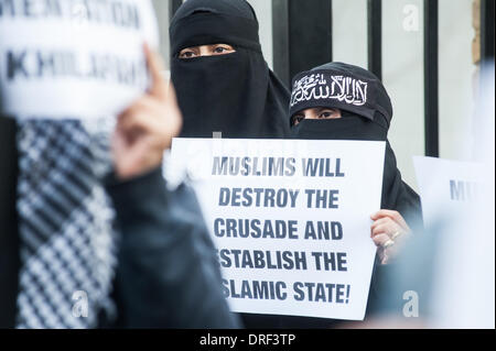 London, UK. 24th January 2014. a protester holds a placard reading 'Muslims will destroy the crusade and estabilish - Stock Photo