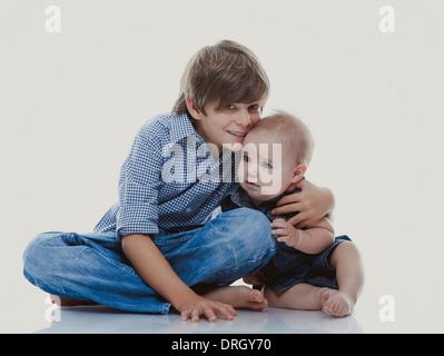 Großer Bruder mit kleiner Schwester - siblings - Stock Photo