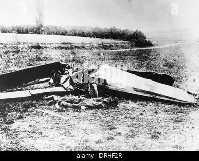 Quentin Roosevelt lying beside his aircraft, France, WW1 - Stock Photo