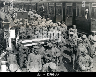 Portuguese soldiers disembarking from train, WW1 - Stock Photo