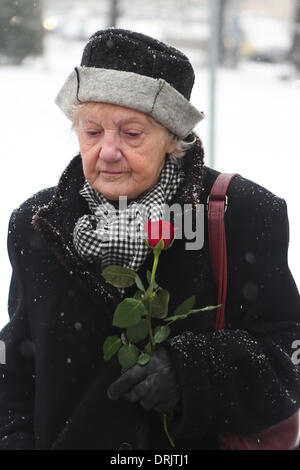 Berlin, Germany. 27th Jan, 2014. A survivor of Nazi's holocaust holds a rose during a memorial ceremony for holocaust - Stock Photo