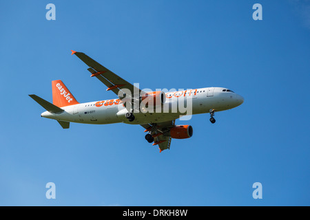 Easyjet airbus A320 to land - Stock Photo