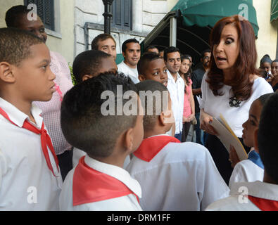 Havana, Cuba. 28th Jan, 2014. Argentina's President Cristina Fernandez (R) interacts with children during her visit - Stock Photo