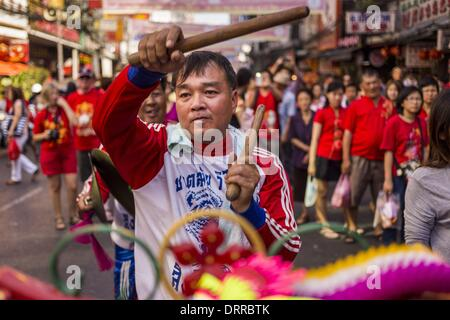 Bangkok, Thailand. 31st Jan, 2014. A drummer for Chinese Lion dance troupe performs on Yaowarat Road during Lunar - Stock Photo