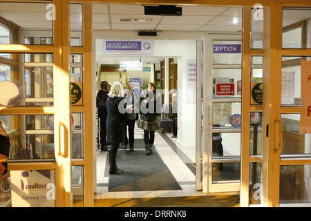 Dublin, Ireland. 31st January 2014. Hospital staff and supporters stand in the hospital entrance hall. Staff and - Stock Photo