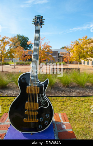 USA Mississippi MS Miss Indianola B B King Museum Blues great musician exterior of oversized guitar - Stock Photo