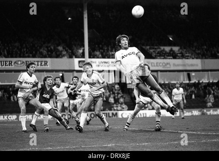 Footballer Billy Bonds in action heading ball ASTON VILLA V WEST HAM 3/11/1984 - Stock Photo
