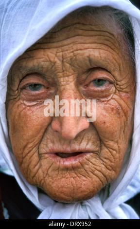Elderly Kosovar female refugee displaced from war in Kosovo at UN transit camp in Tirana, Albania in 1999 - Stock Photo