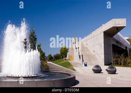Father and Son sculpture by Louise Bourgeeois in the fountain at the entrance to the Olympic Scuplture Park, Seattle, - Stock Photo