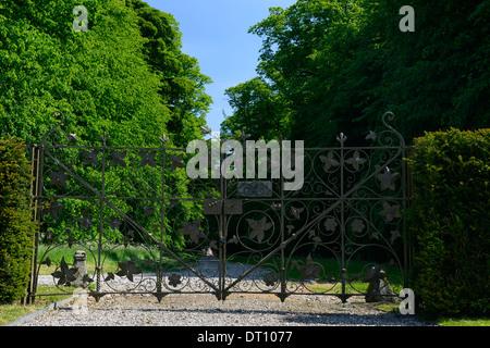 entrance gates to huntington castle clonegal carlow Fellowship of Isis plantation castle - Stock Photo
