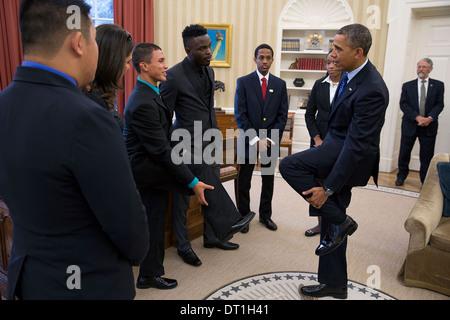 US President Barack Obama talks with the 2013 Network for Teaching Entrepreneurship student winners in the Oval - Stock Photo